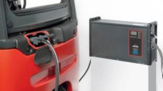 E-Stapler an einem Ladegerät