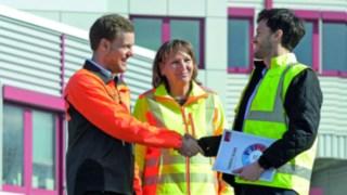 Linde Safety Scan Mitarbeiter und Kunde geben sich die Hand