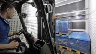 Stapler beleuchtet einen LKW Innenraum