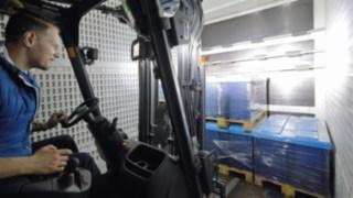 Arbeitsschweinwerfer in einem LKW Innenraum