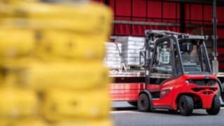 Der neue Linde Dieselstapler H25 beladen mit Langgut