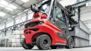 Linde Dieselstapler H25 beim Transport von Kisten