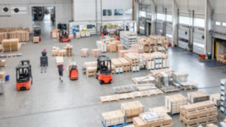 Die Schmalganggeräte von Linde Material Handling sind über das Flottenmanagementsystem connect vernetzt und kommunizieren miteinander.