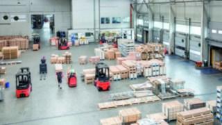 Logistikhalle mit Staplern von Linde beim be- und entladen von Waren