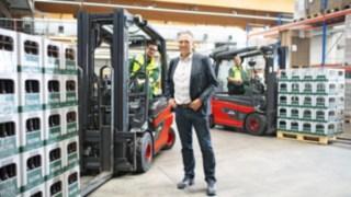 Mitarbeiter der Brauerei Veltins mit den E-Staplern E30 von Linde Material Handling