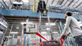 Hochhubwagen von Linde mit Display des Assistenzssystems Linde Load Management Advanced