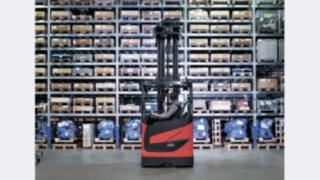 Ab sofort sind die Schubmaststapler Linde R10 B bis R25 mit 1.270 Millimeter Chassisbreite als Li-ION Version verfügbar.