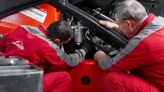 Zwei Servicetechniker führen eine Abgasprüfung durch