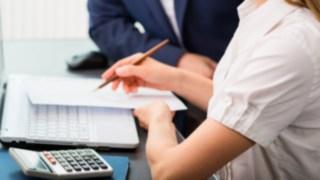 Eine Frau prüft die Betriebskostenunterlagen