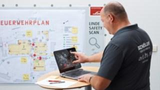Schöler Safety Consultant analysiert die Ergebnisse an seinem Laptop