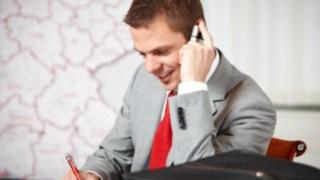 Außendienstmitarbeiter am Telefon