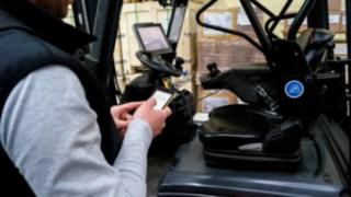 Mitarbeiter führt einen Fahrzeugcheck durch